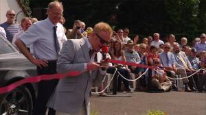 Chris Evans cuts the ribbon
